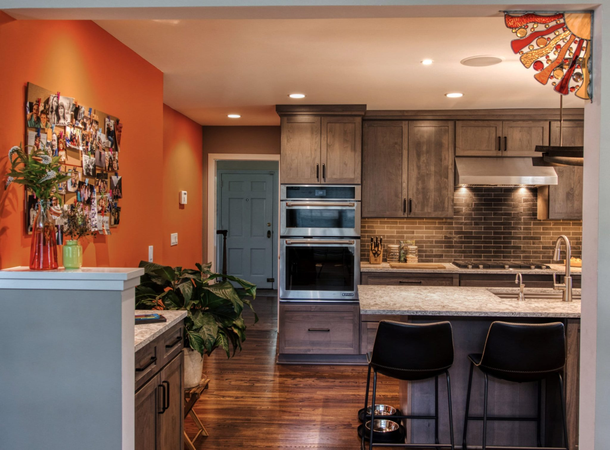 Strong and calm colors working together lend extra personality to this kitchen